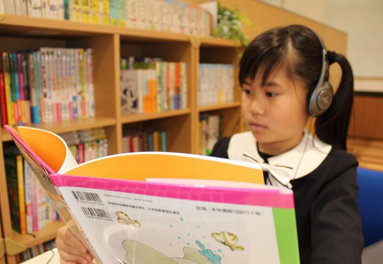 英語の本を読んでいる様子