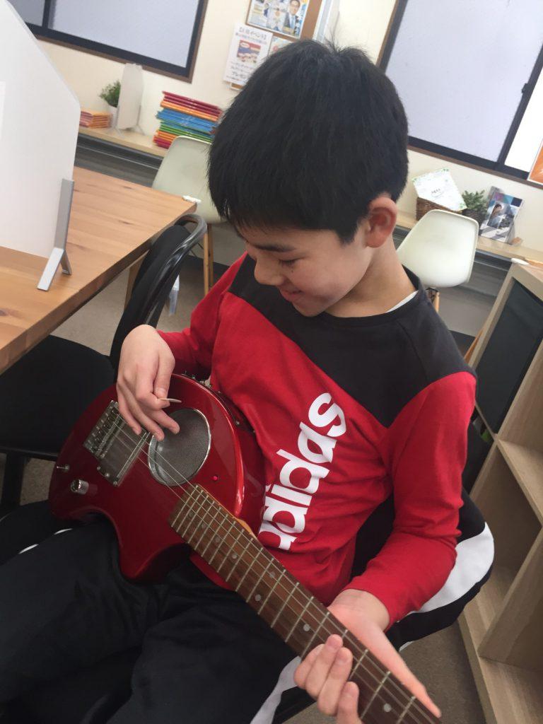 ギターを持っている画像